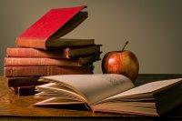 narzędzia pracy nauczyciela i jabłko