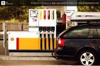 samochód na stacji benzynowej